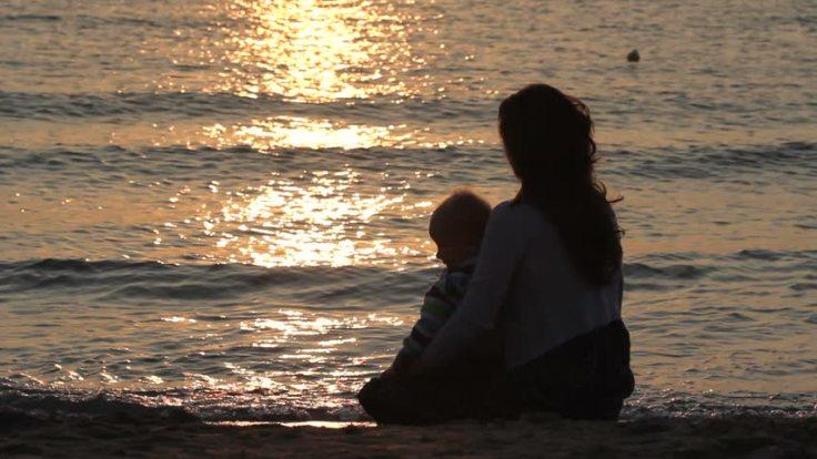 mama-hijo-playa-puesta-de-sol